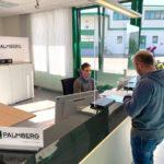 Palmberg produziert Hygieneschutzwände – Möbelriese hilft lokalen Einzelhändlern